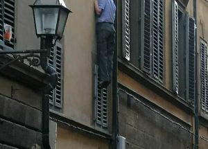 un-uomo-si-impicca-in-via-ghibellina