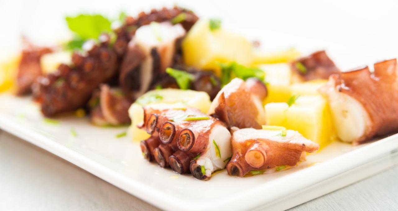 insalata-di-polpo-e-patate-|-finger-food-di-mare-appetitoso-e-invitante