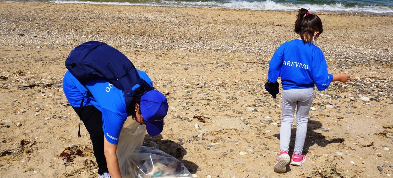 volontari-puliscono-la-spiaggia-di-cammarana-in-provincia-di-ragusa-[foto]