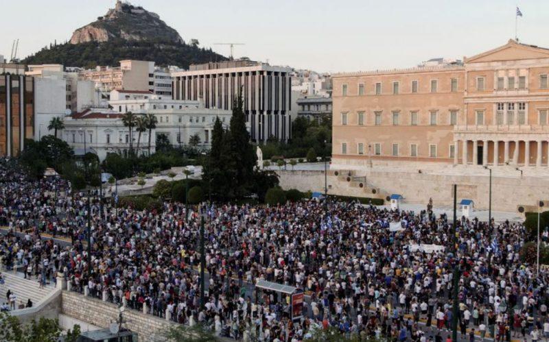 """grecia:-migliaia-di-persone-davanti-al-parlamento-chiedono-dimissioni-del-primo-ministro:-""""prendi-i-tuoi-vaccini-e-vattene-da-qui!"""""""