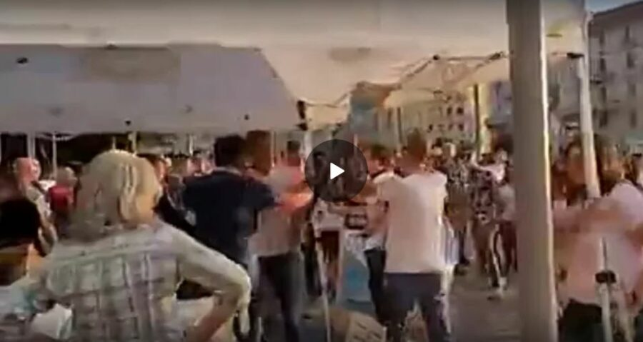milano-28-agosto:-assalto-al-gazebo-del-m5s-a-milano-manifestanti-contro-l'obbligo-vaccinale-e-il-green-pass.