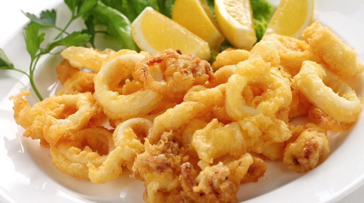 frittura-di-calamari-al-forno:-il-trucco-per-friggere-il-pesce-in-forno-senza-odori-e-in-poco-tempo