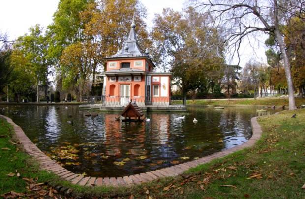 Foto de caseta en estanque del Parque del Retiro de la ciudad de Madrid
