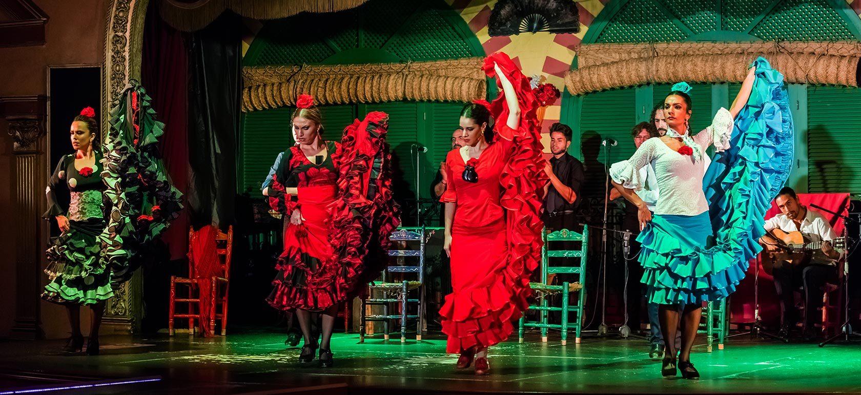 Mujeres bailando Flamenco en Sevilla para la ruta del flamenco de España