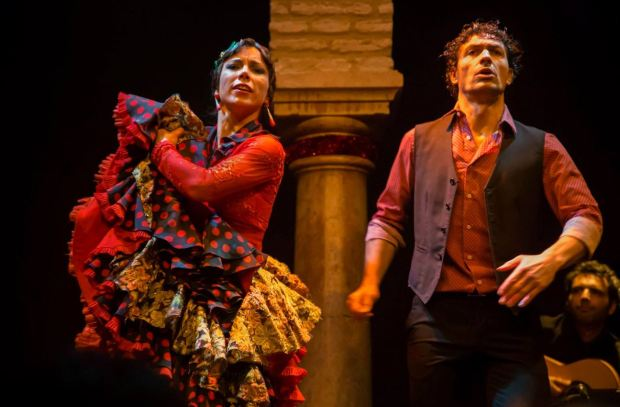 Pareja bailando Flamenco en Sevilla para la ruta del flamenco de España