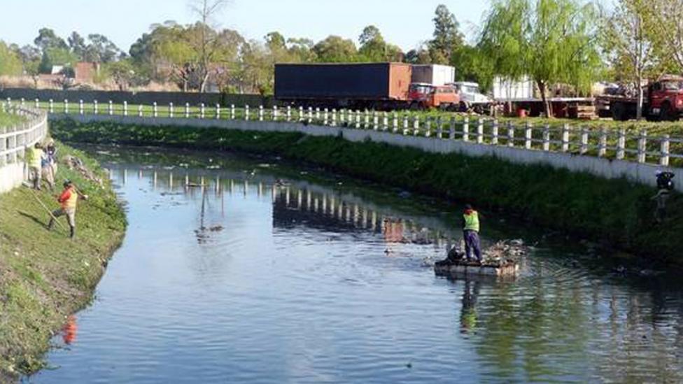 TRABAJOS. Una ONG que limpia los arroyos encontró los cuerpos.