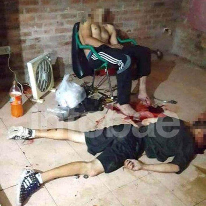 Terrible imagen,Jonathan Catriel Flores, de 22 años y Jorge Luis Trobato, de 34, fueron ejecutados ambos de un balazo en la cabeza por sicarios en el Barrio La Perla de Moreno.