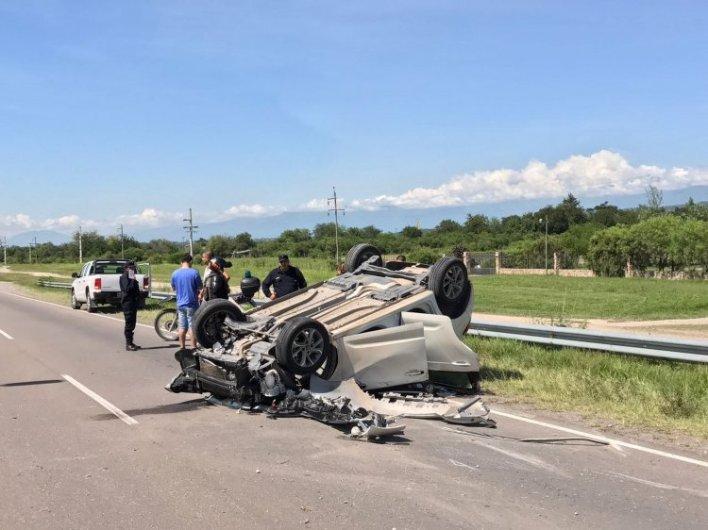 El auto volcó y dio tumbos por casi 100 metros.