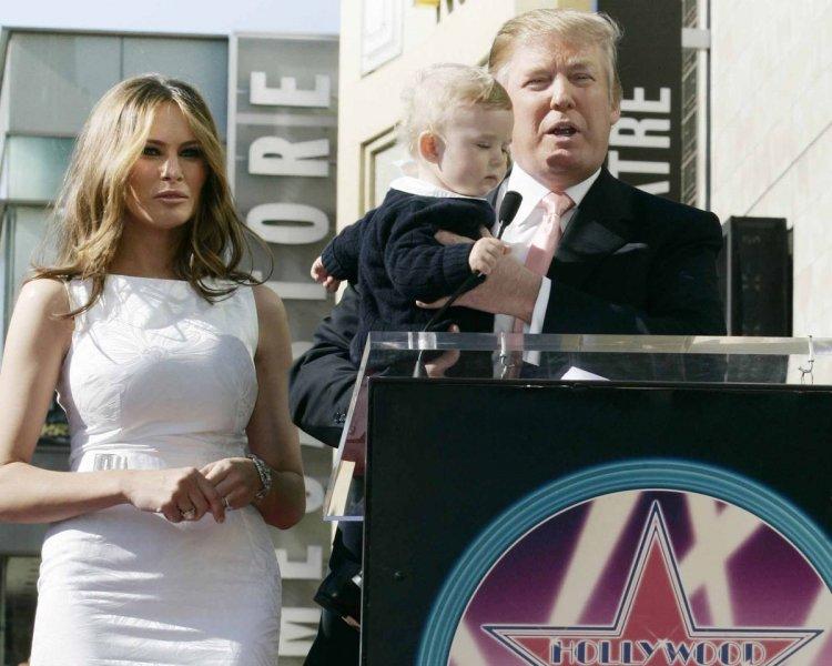 El matrimonio Trump junto a Barron, el único hijo entre Melania y Donald.
