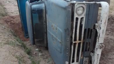 Photo of Dos personas resultaron ilesas luego de volcar su camión