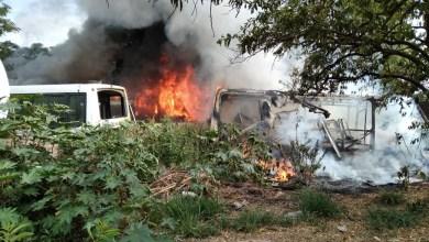 Photo of Los bomberos apagaron el incendio de dos colectivos viejos