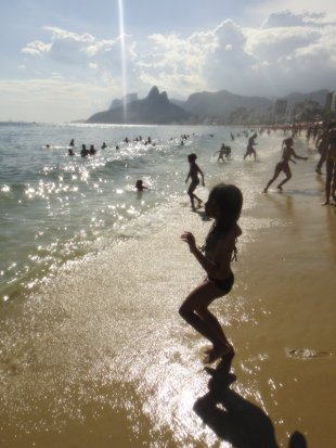 Tarde de playa en Arpoador, con Ipanema detrás y el morro Dois Irmãos al fondo. Enero de 2012