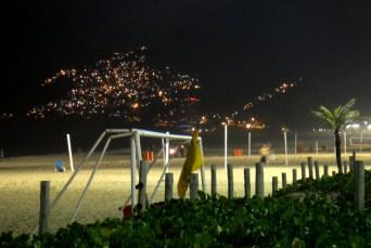 Vista nocturna de la favela de Vidigal desde la playa de Ipanema. 2014