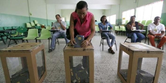 Una votante ejerce su derecho al sufragio en las elecciones dominicanas