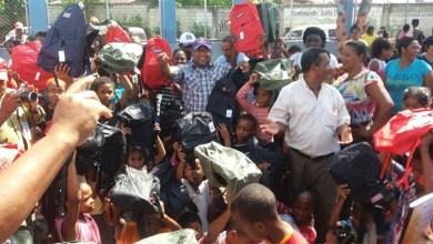 Photo of El regidor Comesolo lleva útiles escolares a cientos de niños