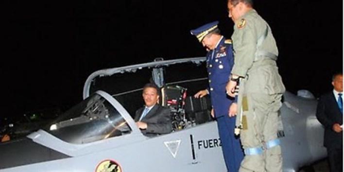 Leonel Fernández en un Super Tucano