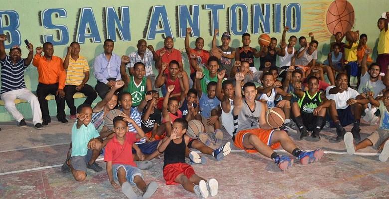 Carlos Mart+inez junto a clubistas de Vietnam