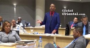 El regidor Elias Cuevas se dirige al plenario