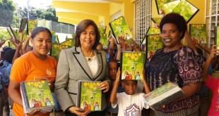 Vice Alcaldesa de SDE Jacinta Estevez, segunda desde la izquierda, entrega mascotas