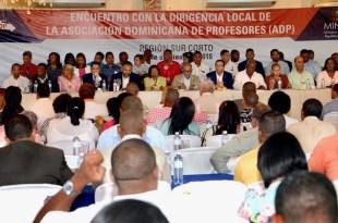 El Ministro de Educación, Andrés Navarro, junto a directivos de la ADP