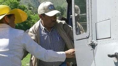 Nicolas Calderón descarga alimentos desde u n helicoptero
