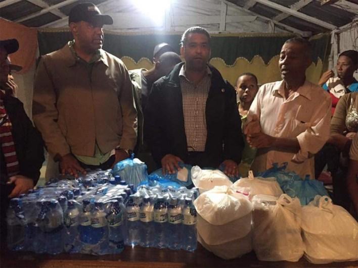 Luis Alberto Tejeda y Danilo Mesa en auxilio de necesitados tras ser af ectados por las llu vias del huracán Mateo