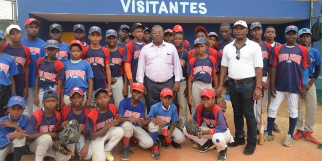 El Director Raúl Mañón junto a deportistas locales
