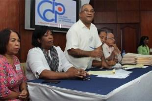 Olivo de León se dirige a los participantes en la Asamblea