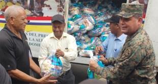 Funcionarios de los Comedores Económicos llevan alimentos crudos a los afectados
