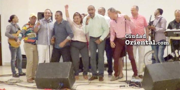 Todos se integran a formar parte de la orquesta, cantan y bailan