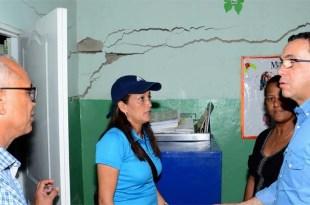 El Ministro de Educación dentro de la escuela en peligro de derrumbarse