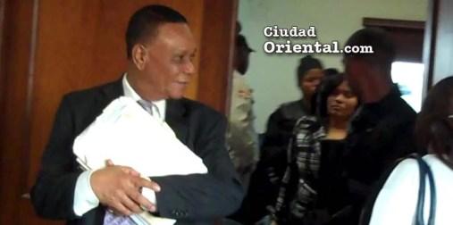 Julio Cepeda Ureña (El Patrón) y Sanhy Dotel Ramírez (La Patrona), al salir del tribunal