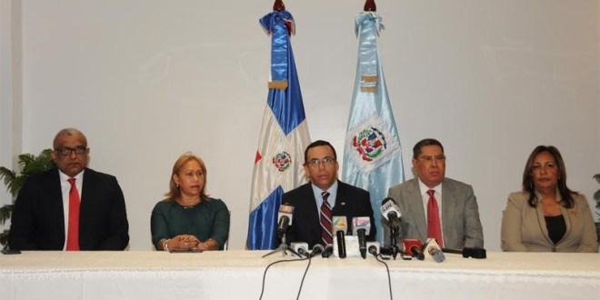 El Ministro de Educación Andres Navarro encabeza conferencia de prensa