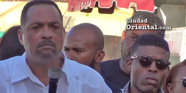José Beato habla junto a jóvenes que denuncian la criminalidad en Boca Chica