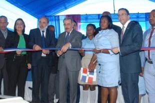 El presidente Danilo Medina corta la cinta con lo que deja inaugurado la escuela de San Luis