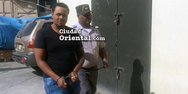 Félix Manuel Ferreras, (esposado) uno de los imputados por el asesinato de un hermano del Secretario General del SNTP, José Beato