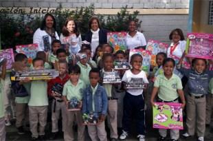 Jacinta Estevez junto alos niños y niñas de la escuela Patria Mella