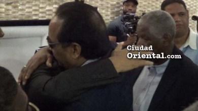 Los generales Zorilla Ozuna y Pércival Peña se funden en un abrazo