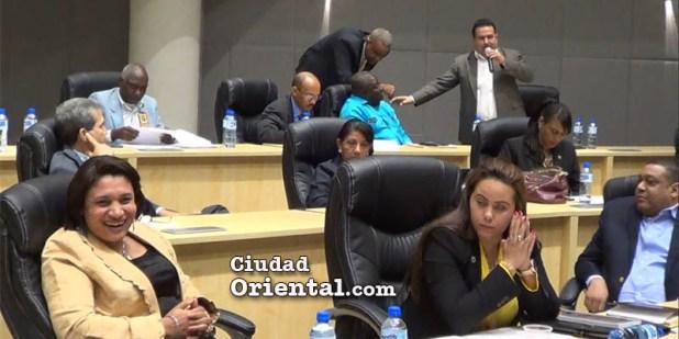 Mientras Daneris Santana exige claridad en las cuentas municipales, esta regidora del PLD ríe de buena gana.