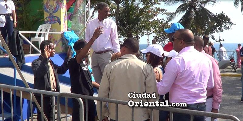 Vídeo - Así bloquearon el paso al diputado Luis Henríquez y su familia en el Carnaval de SDE