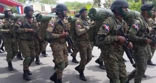 Soldados dominicanos durante un desfile