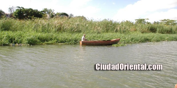 Un pescador en el río Ozama, escena habitual en esa zona
