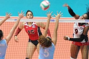 Madeline Guillén, de la República Dominicana, burla con un buen remate la defensa contraria
