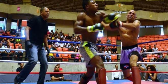 Una de las peleas del Primer Round de la MMA que puso de pie al público asistente al coliseo Teo Cruz. (Foto: Orlando Ramos)