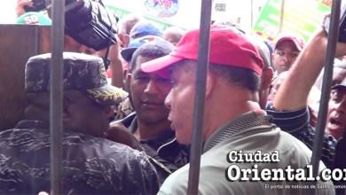 Photo of Vídeo – Oficiales pretendieron impedir al reportero Franklin Guerrero ingresar al Parque Independencia