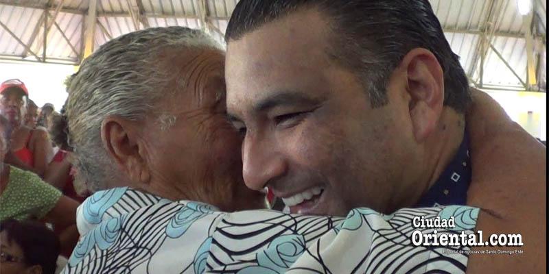 Vídeo - Luis Alberto, aclamado por cientos de mujeres en el Día de las Madres
