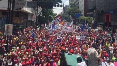 Photo of Mujeres chavistas llenan calles de Caracas en marcha por la paz