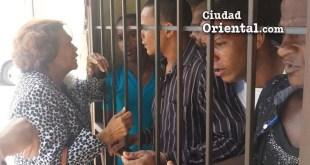 Zoila Martínez conversa con presos preventivos.