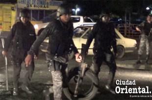 Policías retiran neumáticos de las calles para que no sean incendiados por manifestantes