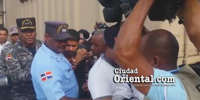 El sacerdote gay es sacado del Furgó, va camino de la cárcel de Najayo
